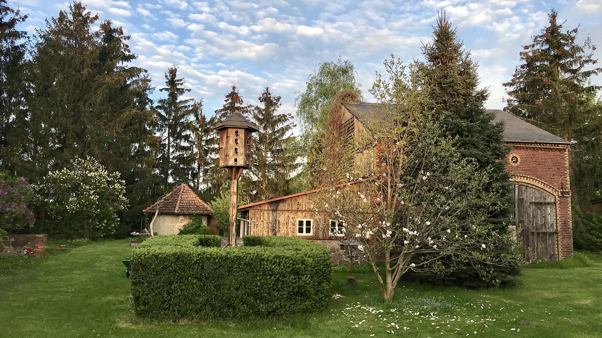 Gut Leben im Landresort Birkholzgroßer im großen Garten mit Vogelhaus